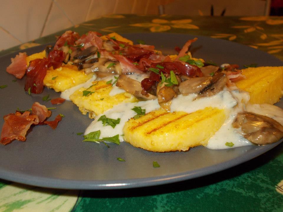 Crostoni di polenta con crema di gorgonzola,funghi e speck croccante