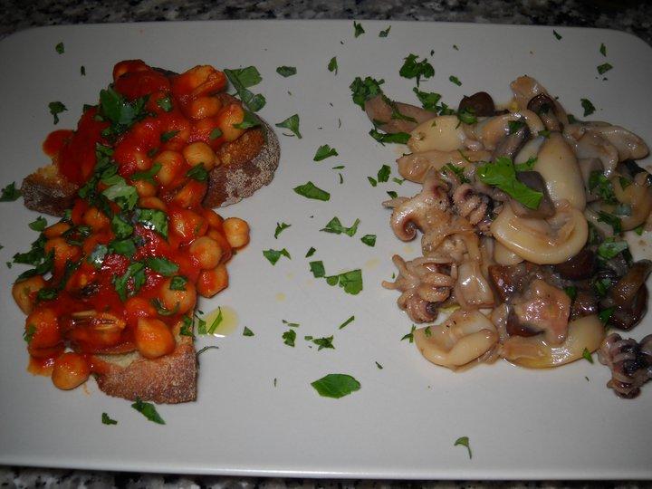 Cozze e ceci in salsa di pomodoro e alloro con pane bruschettato e calamari con funghi misti al profumo di salvia
