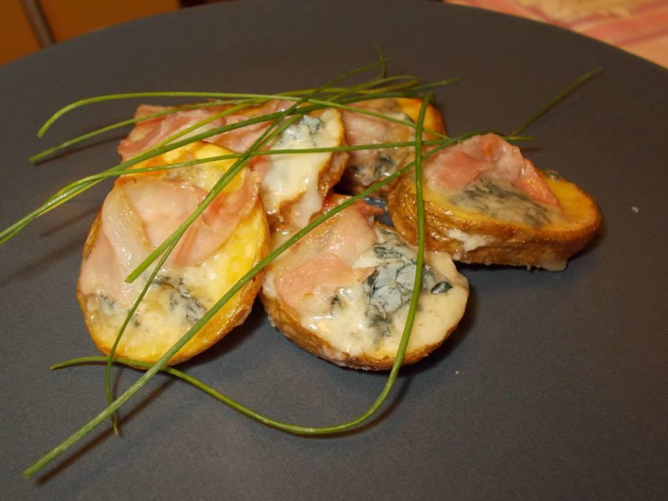 Patate rustiche con gorgonzola e pancetta croccante
