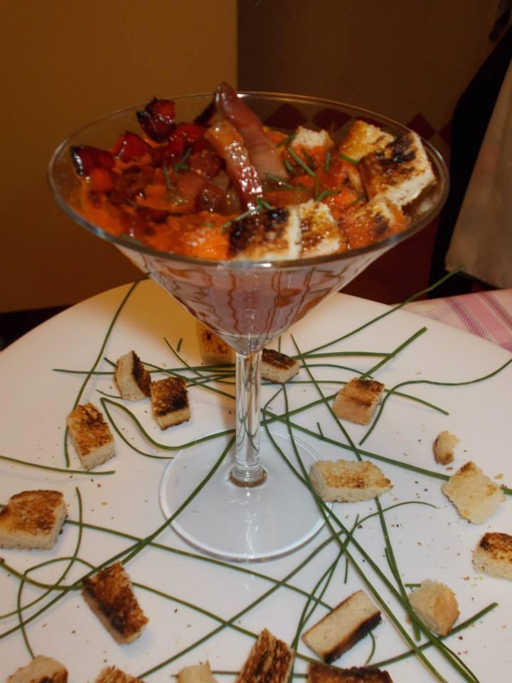 Crema di peperoni con pancetta croccante,dadolata di peperone e pane croccante