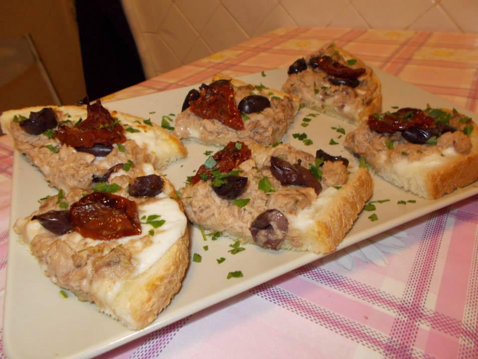 Bruschette con mozzarella,tonno,pomodori rustici e olive di Gaeta